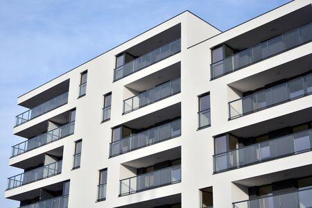 Modern en nieuw flatgebouw. Modern, nieuw en stijlvol woonblok met meerdere verdiepingen. Stockfoto
