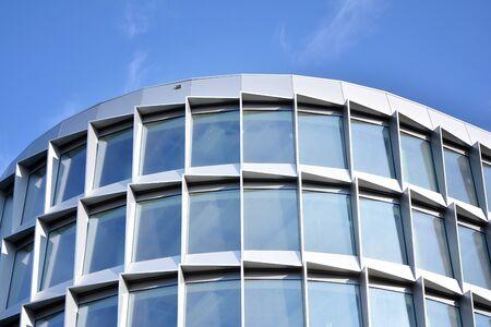 Reflet abstrait des façades en verre de la ville moderne. Détail de l'immeuble de bureaux moderne, surface en verre.