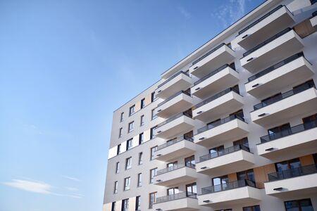 Modernes und neues Mehrfamilienhaus. Mehrstöckiges, modernes, neues und stilvolles Wohnhaus.