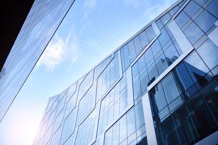 Moderne architectuur met zonnestraal. Glazen gevel op een zonnige dag met zonnestralen in de blauwe lucht. Stockfoto