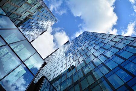 Fassadenbeschaffenheit eines verspiegelten Bürogebäudes aus Glas. Fragment der Fassade. Moderne Architektur des Bürogebäudes. Standard-Bild