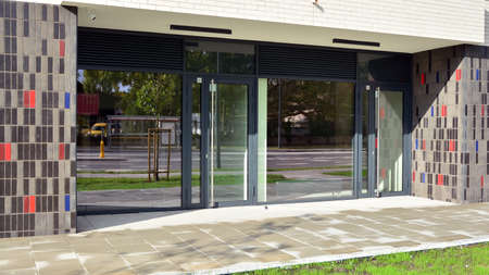 Panoramic windows of new commercial premises. Commercial property in development standard for rent. Banque d'images