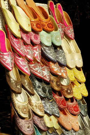 Colourful embroidered sandals on sale in a street in Jaipur, India Imagens