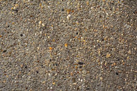 grijze grind of beton met kleine stukjes kleurrijke stenen