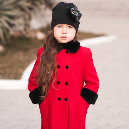 petite fille triste: Mignon kid fille de 5-6 ans portant �l�gant ext�rieur. Regardant la cam�ra.