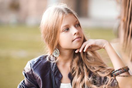 Elegante Chica Rubia Adolescente 14 16 Años De Edad Llevaba Sombrero De Color Púrpura Y Una Chaqueta En El Parque Presenta Al Aire Libre Mirando Lejos Fotos Retratos Imágenes Y Fotografía De Archivo