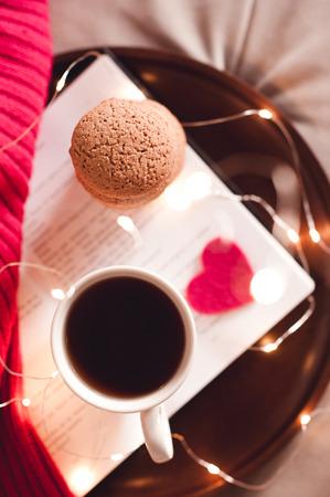クッキーのスタックで紅茶のカップ。平面図です。おはようございます。朝食の時間。