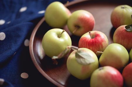 木製トレイ テーブルに緑のリンゴをクローズ アップ。収穫時期。選択と集中。 写真素材