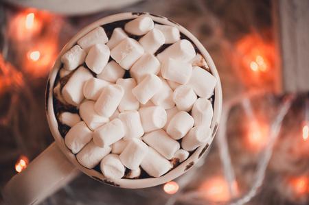 クリスマスにマシュマロとコーヒーのカップは、クローズ アップを点灯します。選択と集中。平面図です。 写真素材