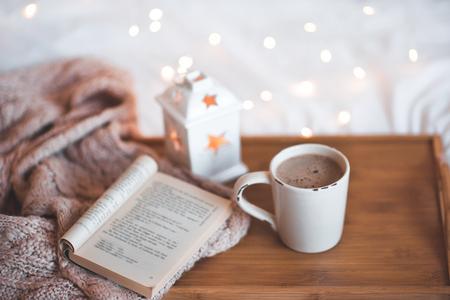 おはようございます。クリスマスライトの上に木製のトレイクローズアップにコーヒーith opnの恩恵のカップ。