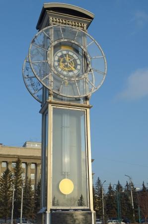 クラスノヤルスクでの中央広場で振子を有する透明な時計