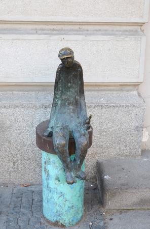 hombre sentado: Escultura de un hombre sentado con una botella en la mano en la calle Rustaveli de Tiflis