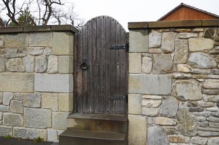 Die Steinmauer mit hölzernen Tor auf Mzcheta Straße. Georgia Standard-Bild - 41744258