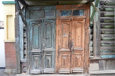 puertas antiguas: Las puertas de madera en mal estado. entradas antiguas en Irkutsk. Rusia