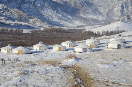 テレルジ国立公園でのモンゴルの草原で遊牧民のパオのキャンプ