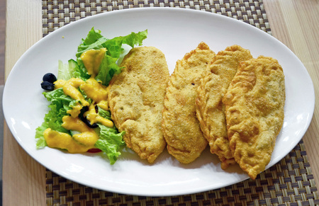 ホーショール - みじん切り肉でいっぱい小型 cheburek は、羊肉の脂肪や植物油で揚げた。モンゴル料理 写真素材 - 49870694