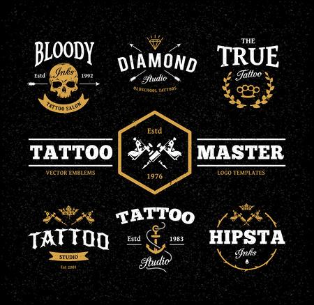 ベクトルは、暗い背景にクールなタトゥー スタジオのロゴのテンプレートのセット。レトロなスタイルのトレンディなベクトル エンブレム。