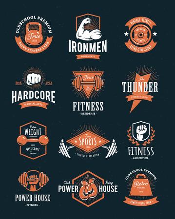 Set van retro stijl fitness emblemen. Vintage sportschool logo templates. Vector illustraties. Stock Illustratie