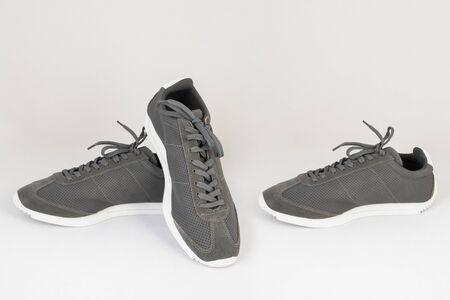 Zapatillas de deporte grises zapatos aislados sobre fondo blanco vista lateral y frontal