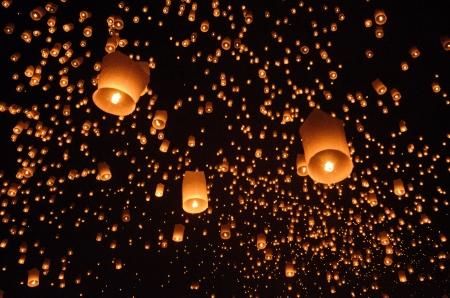 清邁,泰國 -  2012年11月24日,彭怡節人民正在享受釋放浮燈騰空而起的拜佛的遺物