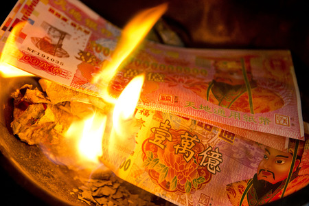 przodek: Phuket, Tajlandia, 10 lutego :: Chiński Nowy Rok - ludzie spalili fałszywe pieniądze za Przekonania przodkiem Chińczyków w dniu 10 lutego 2014 roku w Phuket, Tajlandia Publikacyjne