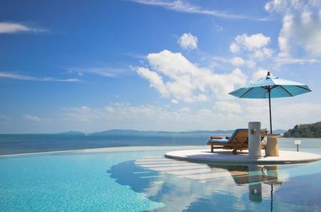 沙灘椅與私人泳池雨傘,海景