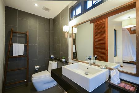 mooie luxe badkamer goed design, Home Redactioneel