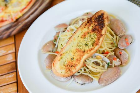comida italiana: Almejas Espagueti con pan de ajo, comida italiana Foto de archivo