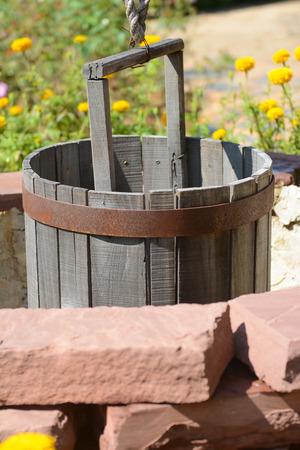 dep�sito agua: Tanque de agua de madera sobre el estanque, una granja Foto de archivo