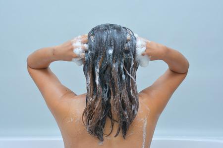 女子服用洗髮水,沐浴 版權商用圖片