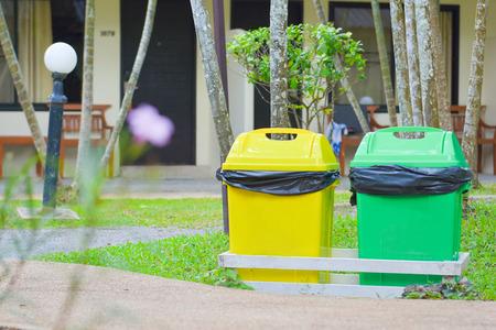 papelera de reciclaje: dos colores cubo de basura en el jard�n, la papelera de reciclaje Foto de archivo