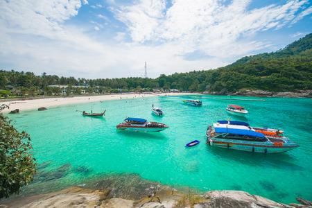 Phuket, Thailand-DEC 21 : beautiful view blue sky and clear water at Racha island one of landmark in Phuket, Phuket Thailand 新聞圖片