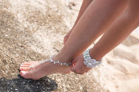 新娘穿著海灘婚禮美麗的光腳穿涼鞋 版權商用圖片