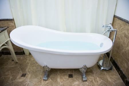 在浴室,水的浴缸豪華
