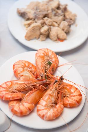 plate of food: gamberi a vapore di frutti di mare sulla piastra, cibo Archivio Fotografico