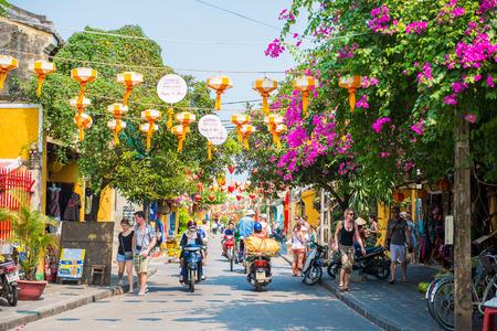 會安 - 越南的3月16日:遊客,美麗的小鎮會安古鎮在2015年3月16日越南 新聞圖片