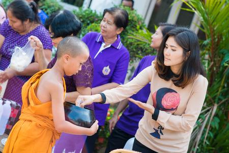 limosna: Tailandia 13 de abril :: dar limosnas a un monje budista en el Festival Songkran, el 13 de abril 2015 Tailandia