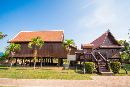 hout antiek huis Thaise stijl architectuur, Thuis Redactioneel