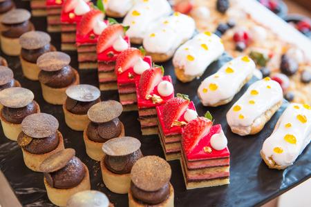 diverse dessert met vers fruit op buffet lijn, zoete Stockfoto