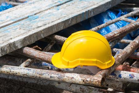 在施工現場的黃色安全帽,工人