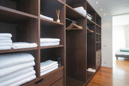 白毛巾放在家中的衣櫃木板,架