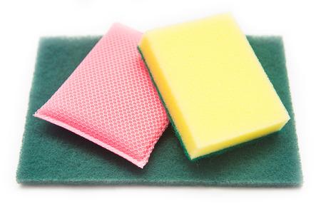 lavar platos: Esponjas para lavar platos en el fondo blanco, la limpieza