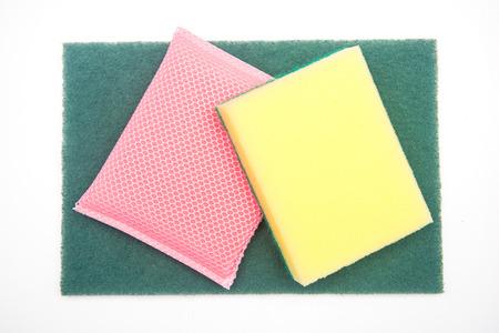 dishwashing: Esponjas para lavar platos en el fondo blanco, la limpieza