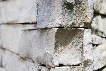 tabique: parte de la pared de piedra en el parque, partici�n Foto de archivo