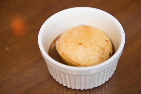 pure de papas: delicioso puré de patatas en la taza blanca, cocina Foto de archivo