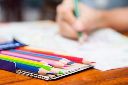 女孩被畫上彩色書籍,木色