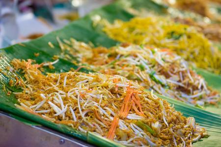 在泰國炒黃色麵條街食品,吃