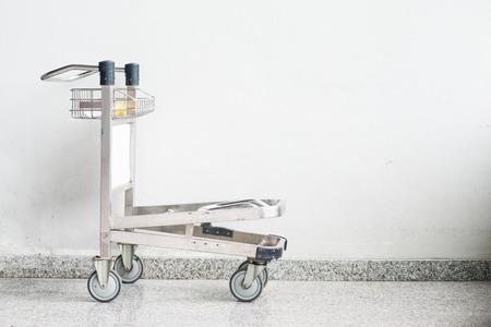 carretilla de mano: carrito de equipaje del aeropuerto,