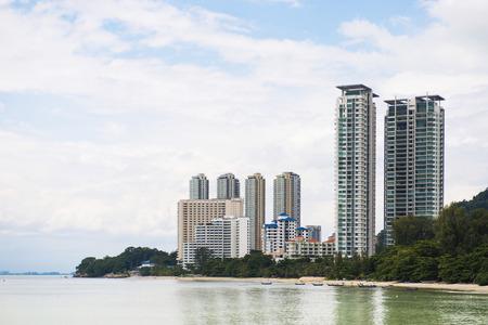 Hoog gebouw door de zee bij Penang Maleisië, condominium