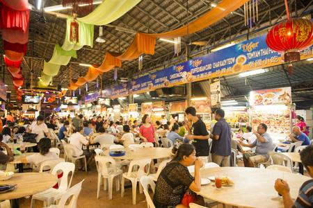 喬治敦,馬來西亞檳城 -  2015年8月9日很多人在食物中心在喬治城,馬來西亞檳城旅遊